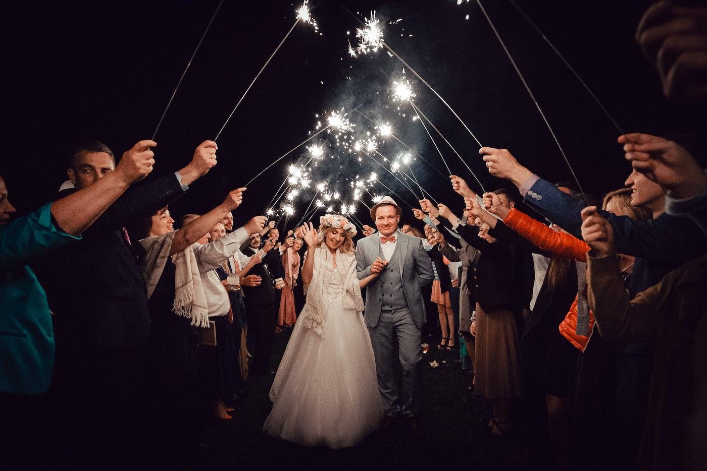 Jaunā pāra kāzu mičošanas noslēgums ar brīnumsvecīšu aleju.