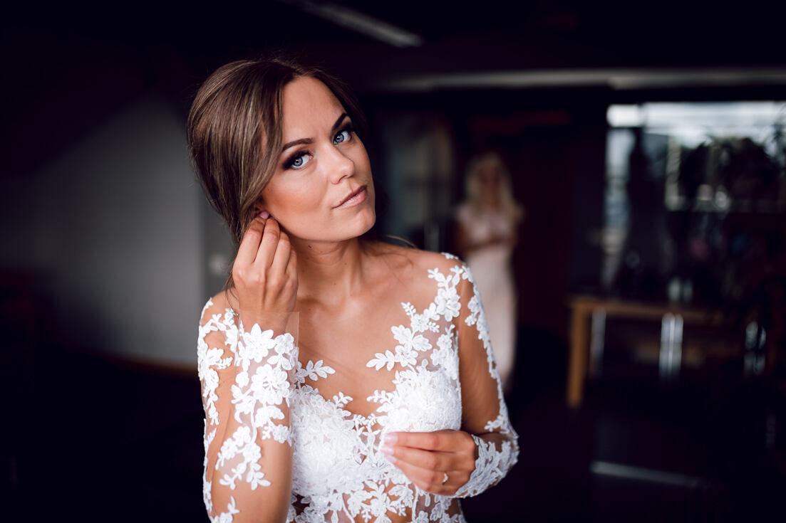 Skaists līgavas portrets un kāzu kleita. Bilde uzņemta gatavšanās laikā Liepājā, viesnīcas Hotel Promenāde telpās. Kāzu fotogrāfs Juris Zīģelis.