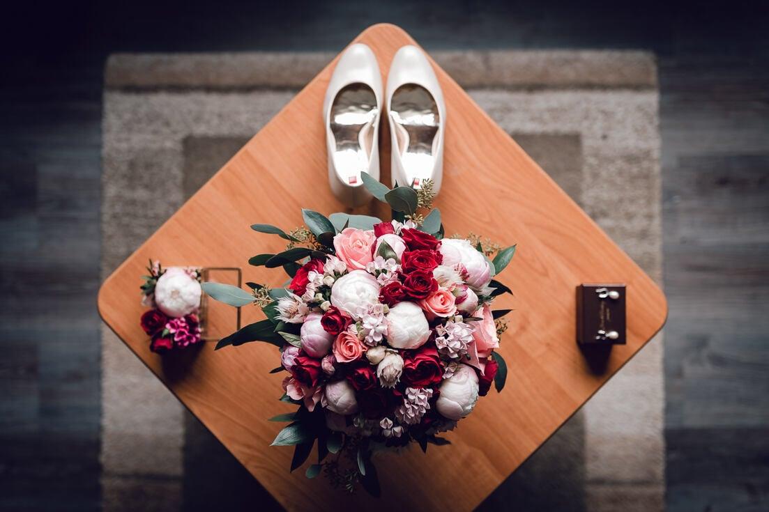 Kāzu detaļas - līgavas pušķis, kurpes, rotaslietas un gredzeni. Kāzu fotogrāfs Juris Zīģelis.