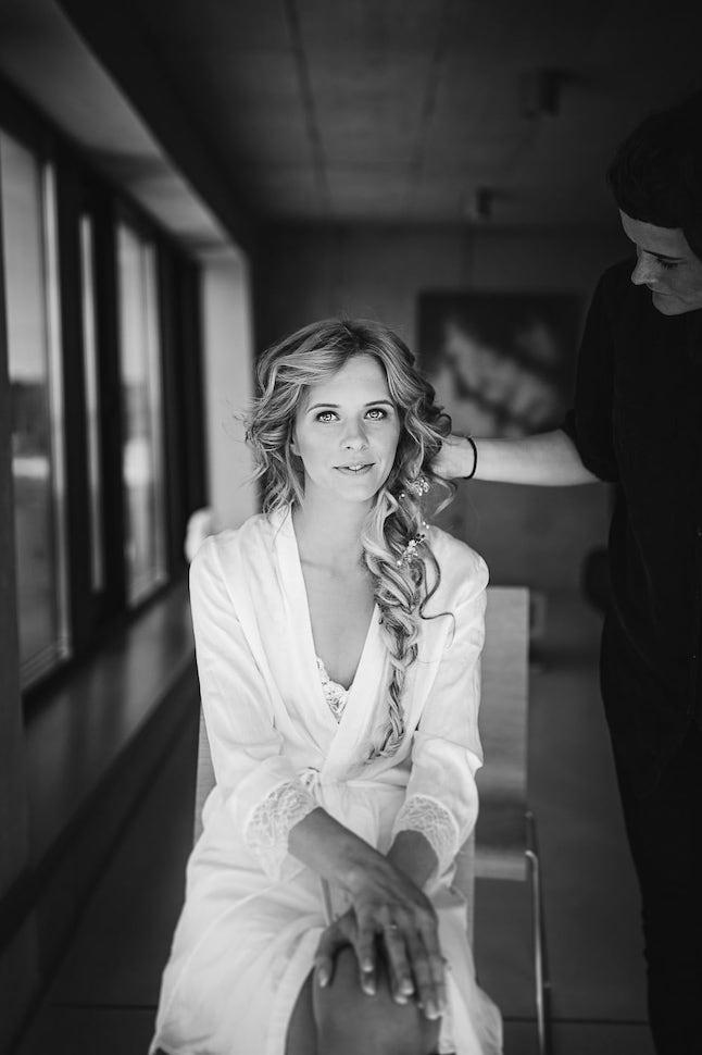 Līgavas portrets kāzu gatavošanās rītā Jaunciema ostā.