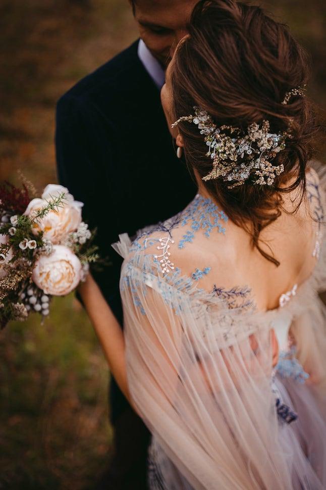 Skaista un izsmalcināta kāzu kleita ar mežģīnēm