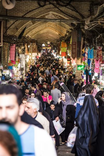 Ļaužu pūļi darba laikā. Teherāna, Grand Bazaar.