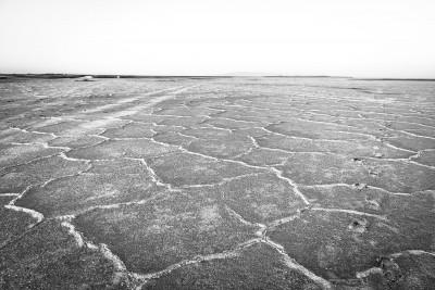"""Namak sālsezeru vislabāk apskatīt jūnijā, kad temperatūra šeit sasniedz +40 .. +50 grādus. Tad sāls """"iznāk"""" pasildīties."""