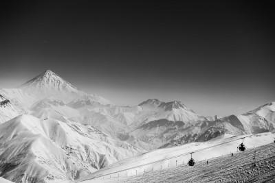 Skaidrā laikā no Dizin kūrorta paveras skats uz vienu no Irānas ikonām - Damavands. Augstākais vulkāns visā Āzijā.