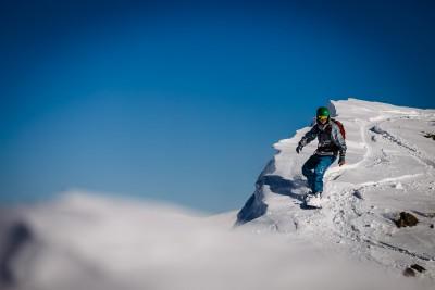 On the edge. Dizin. Freeride brauciens pa kalna kori Dizin (Irāna) kūrorta apkārtnē