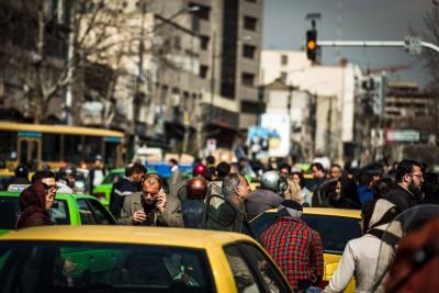 Ielu satiksmē mijiedarbojas cilvēku pūļi, mopēdi un krāsainie taxi. 16 miljonu pilsētas centra ielās personīgajiem auto nav vietas. Teherāna.