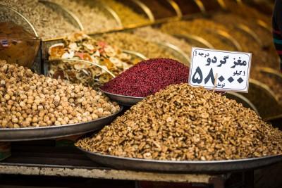 Rieksti un bārbeles ogas. 58 000 irānas riālu jeb 5 800 tumānu jeb, kā vietējie teic, 5,8 tumāni. Paiet laiks, kamēr saproti vietējo naudas uztveri. Teherāna, Grand Bazaar.