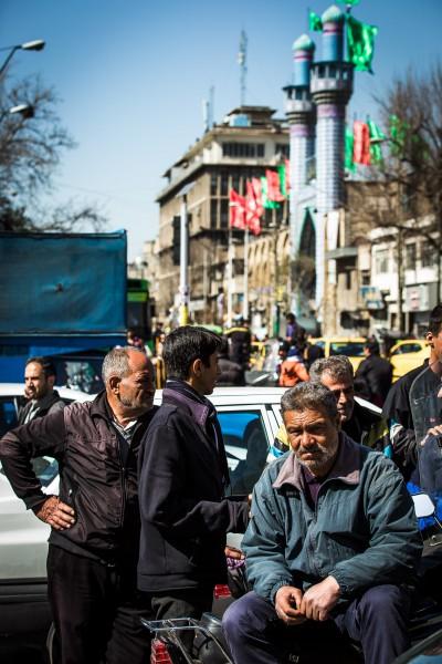 Tā vien šķiet, ka šādā veidā daudzi vietējie pavada visu dienu. Teherāna.
