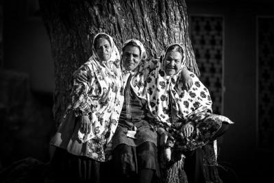 Ciemats zināms arī ar to, ka tikai te sievietēm saglabājušies tradicionāli krāsaini apģērbi. Abyaneh.