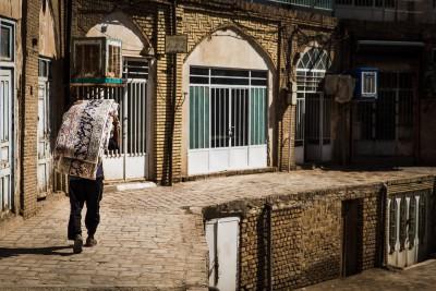 Kashan ir viena no vēsturiski senākajām paklāju ražošanas pilsētām Irānā. To te var just ik uz soļa.