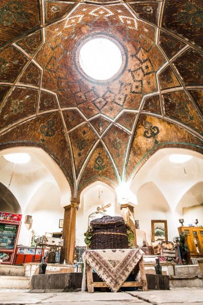 Agrāk šī telpa bija hammams, bet nu tajā iekārtojusies autentiska un atmosfēriska tējnīca. Kashan, bazaar.