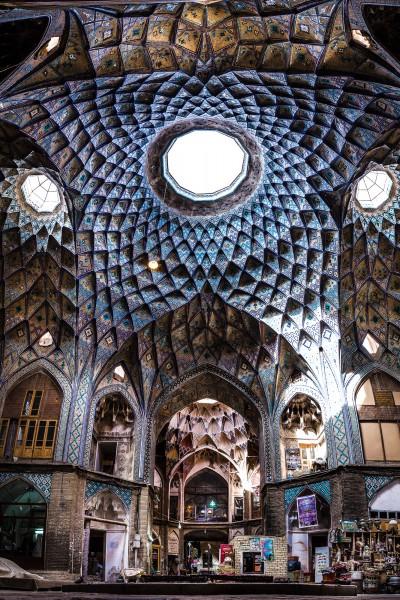Viena no iespaidīgākajām būvēm, kas sastopama Kashan tirgus labirintos - Timche-ye Amin od-Dowleh.