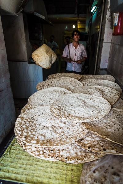 Vietējā taftoon maize, kas tiek cepta pie kupolveidīgas krāsns sienām. Kashan.