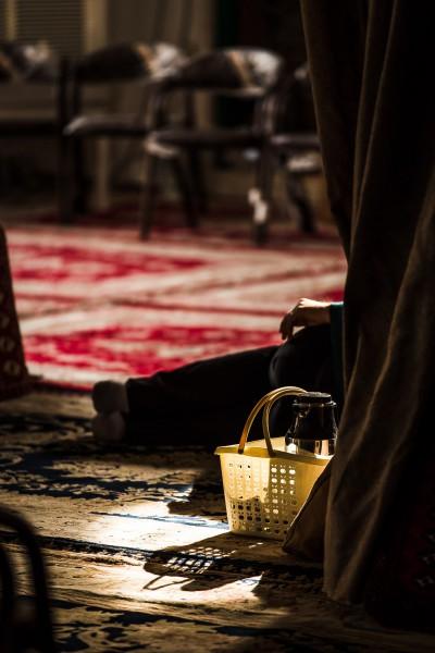 Mošejās var atrast mieru un brīdi atpūtai. Kashan.
