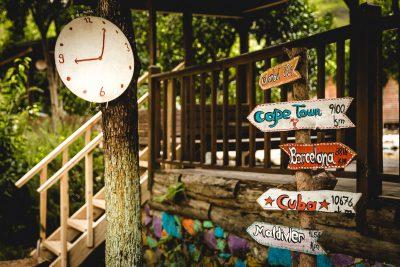 Kādreizējais hipiju mākslinieciskais gars joprojām jūtams Olympos klinšu kāpšanas ciematiņa bungalo apbūvē. Turcija, Olympos.