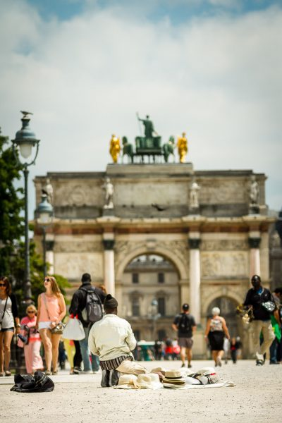 Tirgotāji ar mazajiem eifelīšiem mēģina noķert to iekārotājus pie Triumfa arkas Karusēla laukumā. Parīze.