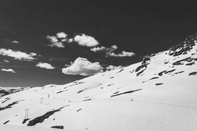 Reizēm Jūnijā 500+ m v.j.l. jārēķinās ar sniegotiem pārgājieniem. Ceļā uz Trolltungu, Norvēģija.