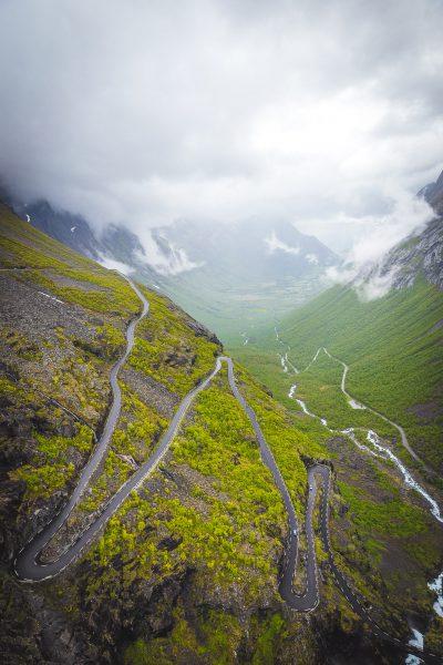 Vēl viena oficiālā troļļu mājvieta - noteikti, ka viņi tur ir. Šoreiz slēpās aiz miglas vāliem, lietus mākoņiem un tekošām klintīm - bet vieta, kur noteikti atgriezīšos - Romsdāles ieleja. Norvēģija.