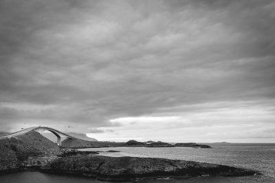 Atlantijas ceļš - vērienīga būve, bet prieks no šāda ceļa varētu būt tikai un vienīgi vētras laikā, kad jūra trako un viļņi mēģina tikt pāri ceļam. Norvēģija.