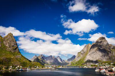 Tā vien šķiet, ka Lofotu salu fjordi ar kalniem ir viens otru dikti meklējuši, atraduši, pieslīpējušies un labāk vairs nevar būt. Norvēģija, Lofotu slas.