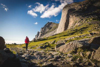 Midnight sun jeb nakts, kad pusnaktī saule nenoriet. Pārgājienam ideāls laiks. Norvēģija, Lofotu salas.