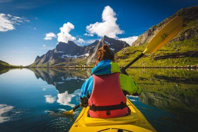 Ja neesi braucis ar kajakiem pa Norvēģijas fjordiem, tad teiktu, ka esi palaidis krietnu baudas devu no šīs zemes skaistuma. Agrs rīta brauciens pa pilnīgu spoguli. Norvēģija, Lofotu salas.