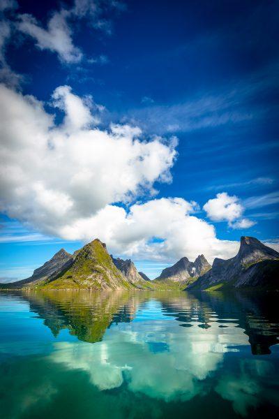 Rīta agrumā nolēma satikties mākonis, kalns un fjords. Neaizmirstama tikšanās. Norvēģija, Lofotu salas.