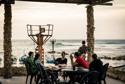 Vērojot sērferus un gaidot pirmās gardās vakariņas. Izraēla, Vidusjūra.