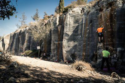 Manā pieredzē zemākās klintis ar ividēji 8-9m augstiem sporta kāpšanas maršrutiem. Izraēla, Zihron.