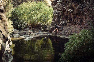 Reizēm taka ved gar pašu klints. Nekas neiespējams, bet piesardzība jāievēro. Izraēla, Golan Hieights.