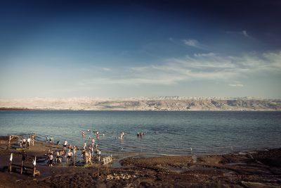 Ja esi iedomājies, ka Nāves jūra ir super kūrorts ar palmām un baltām smiltīm, tad būs vilšanās, jo šādi izskatās pludmale.  Izraēla, Nāves jūra.
