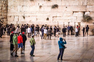 Pēc fiziskas attīrīšanās Nāves jūrā, tīrs var doties uz svēto pilsētu, lai apskatītu Raudu mūri.  Izraēla, Jeruzaleme.