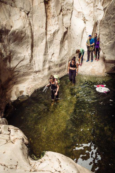 Reizēm arī nepieciešams izbrist dziļākus vai seklākus baseinus. Izraēla, Wadi Darga.