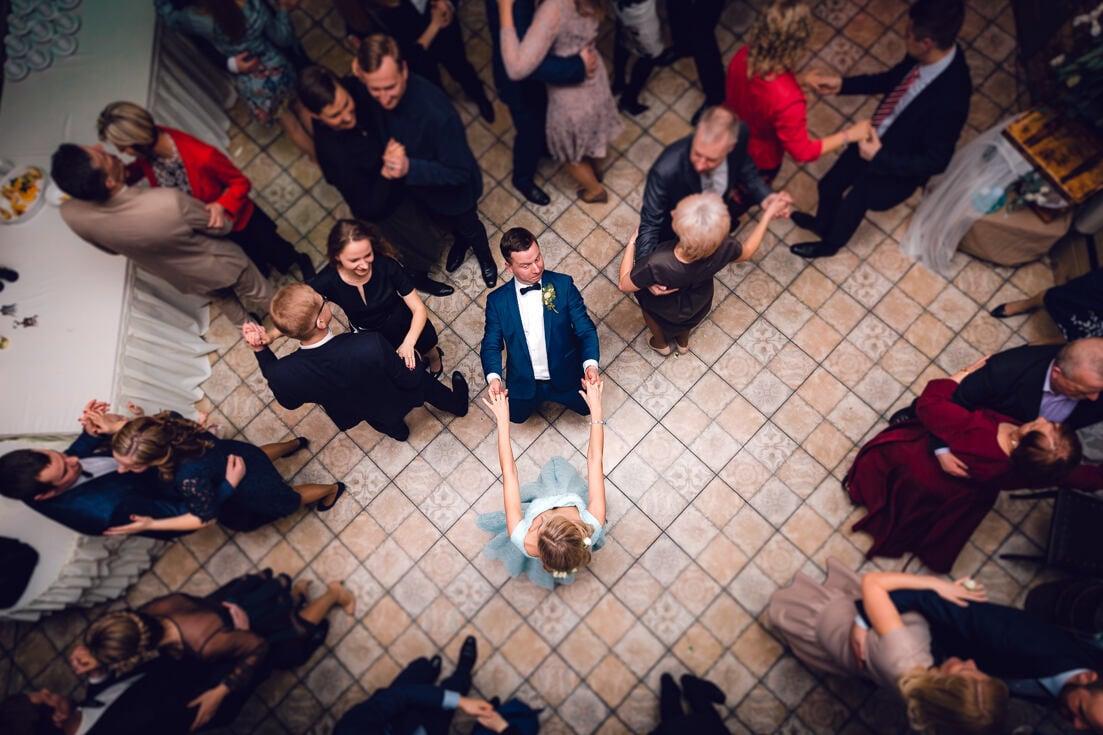 Jaunais pāris deju placī viesu namā Debesu bļoda