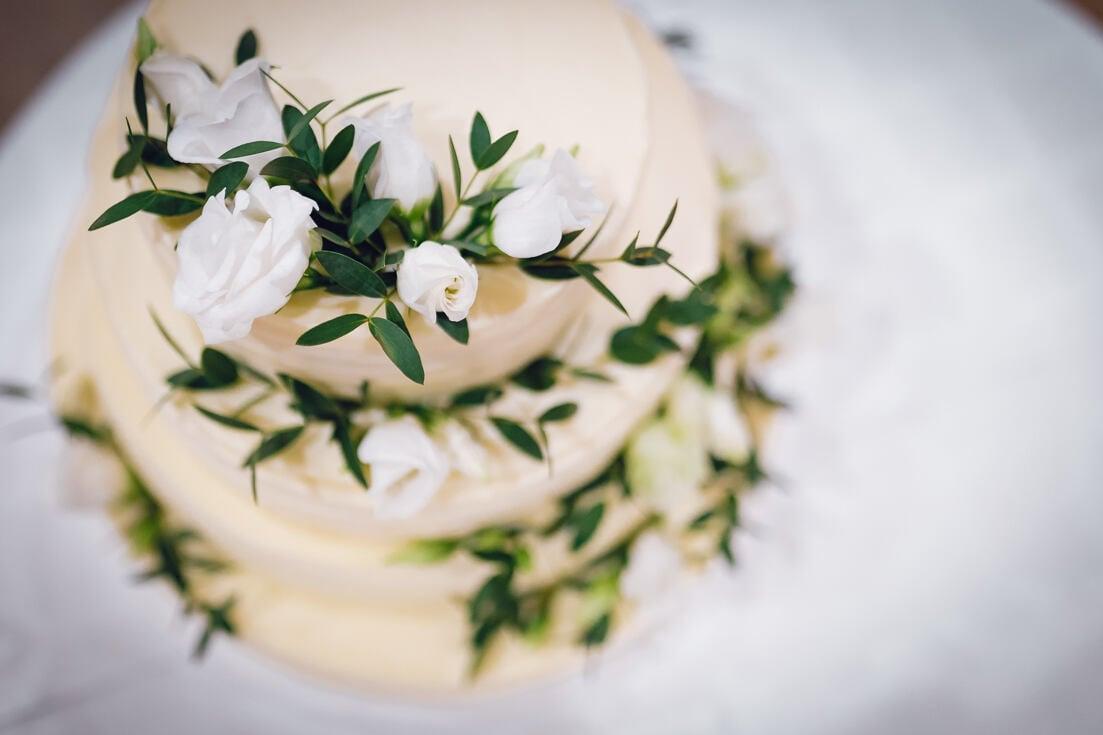 Izsmalcināta, gaumīga un garda kāzu kūka, kas dekorēta ar dabīgiem materiāliem