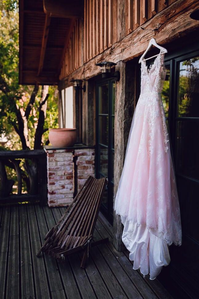Annas koku skolas terase un kāzu kleita gatavošanās laikā