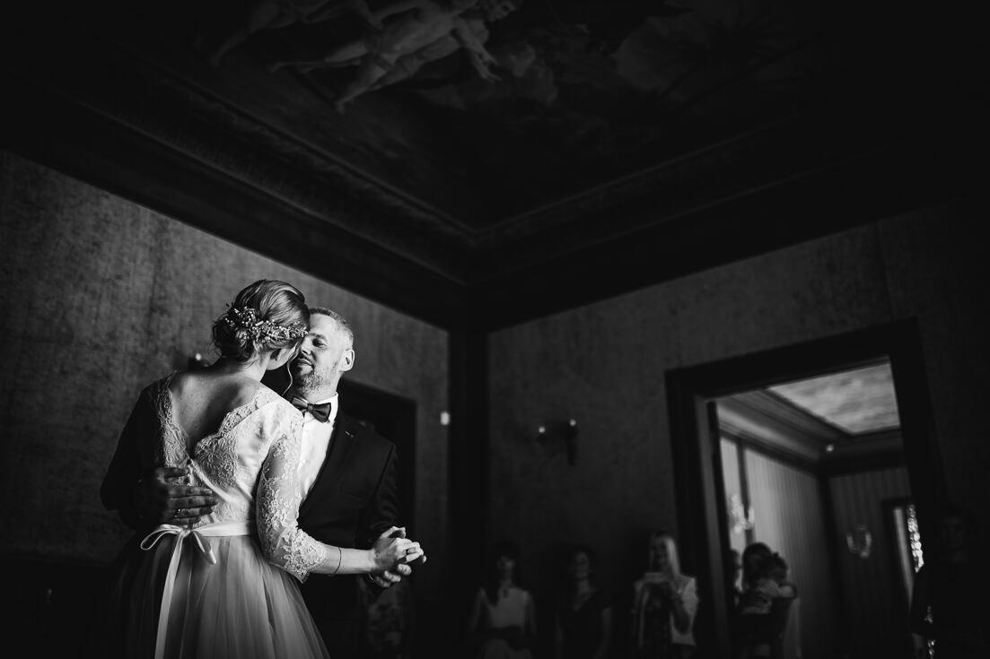 Sirsnīga jaunā pāra kāzu pirmā deja Morberga vasarnīcas svinību zālē