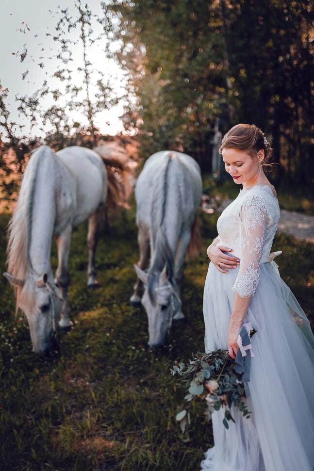 Līgavas kāzu fotosesija ar baltiem zirgiem Zirgzandalēs
