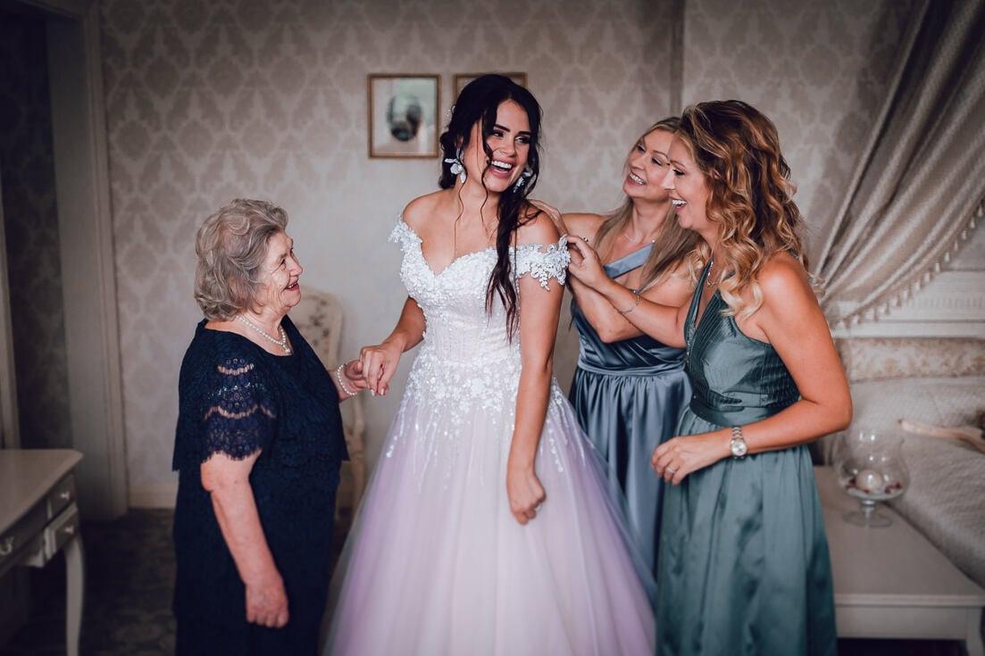 Līgavas ģērbšana un gatavošanās Mālpils muižā kopā ar līgavas māsām un ģimeni