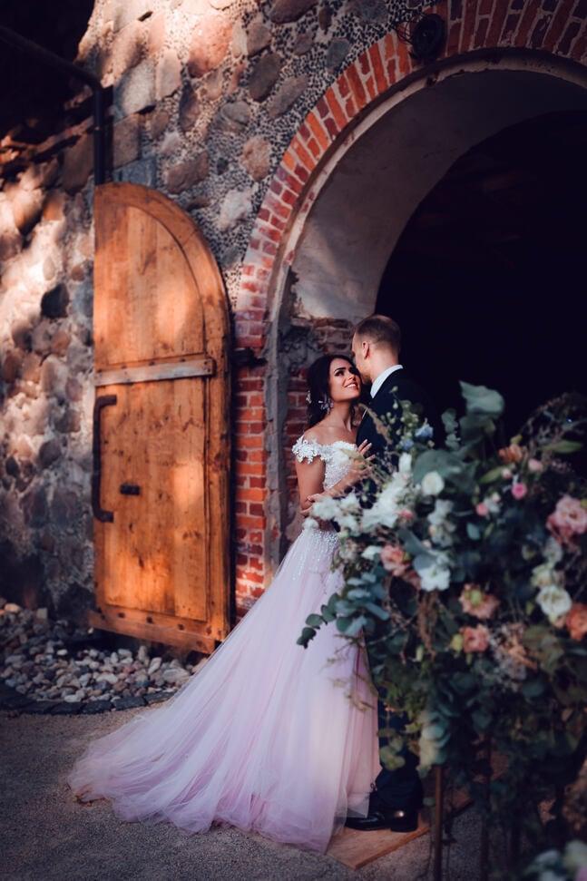 Jaunā pāra kāzu fotosesija pie svinību zāles Mālpils muižā