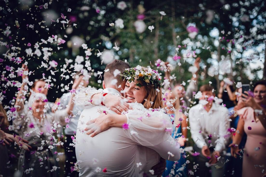 Laime, prieks un ceriņu ziedi kāzu ceremonijas laikā - līdzināšanas rituāls ar folkloras kopu Delve senlatviešu tradīcijās