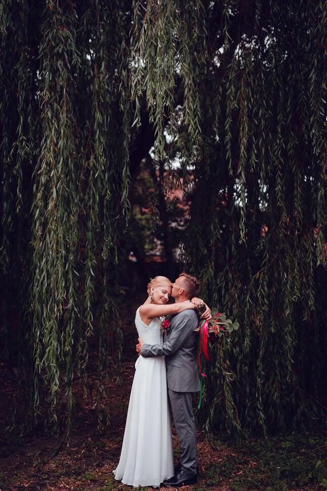 Sirsnīga kāzu fotosesija jaunajam pārim Andrejsala apkārtnē - dabas un pāra skaistums urbānā vidē