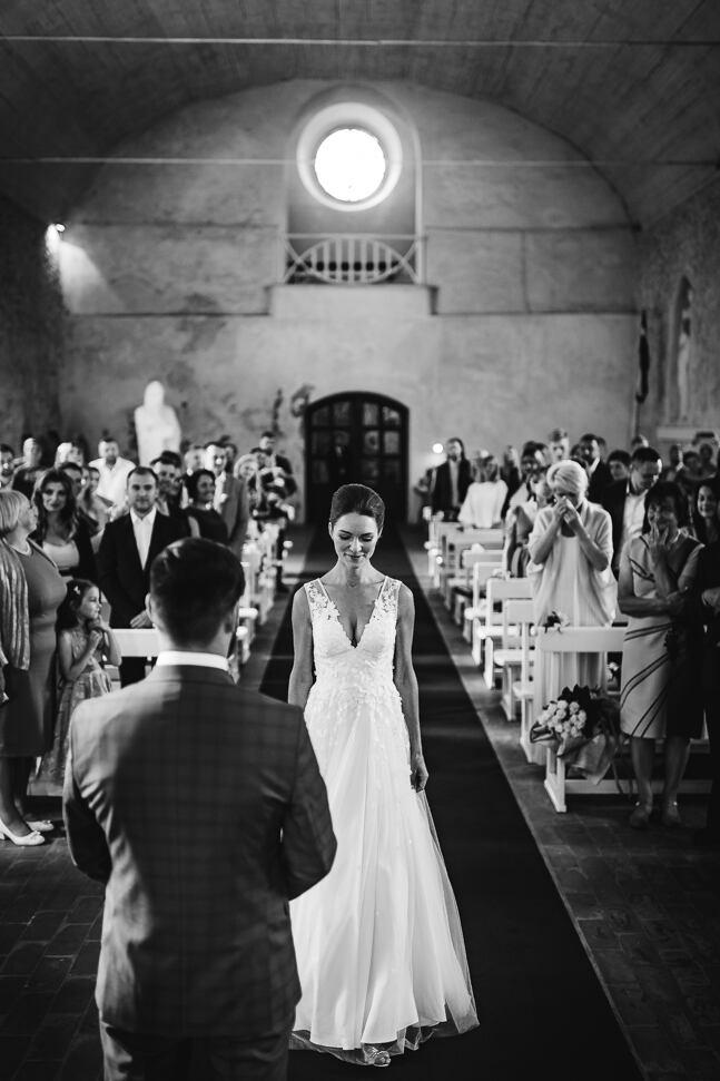 Līgavas gājiens pie līgavaiņa kāzu ceremonijas laikā Krimuldas baznīcā