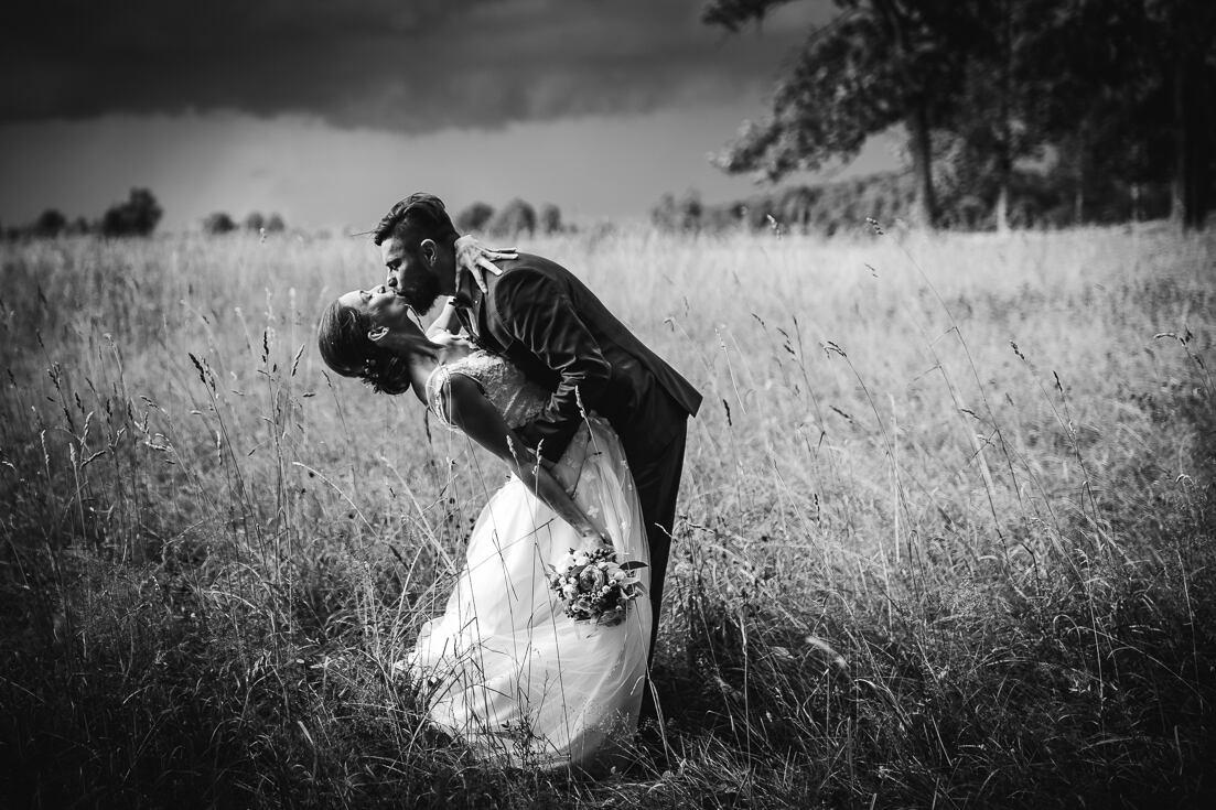 Jaunā pāra kāzu fotosesija pie Krimuldas baznīcas esošajā pļavā īsi pirms negaisa