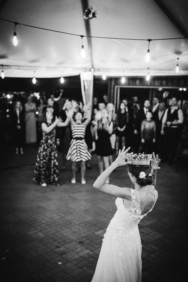 Līgavas emocijas metot ziedu pušķi visām neprecētajām dāmām