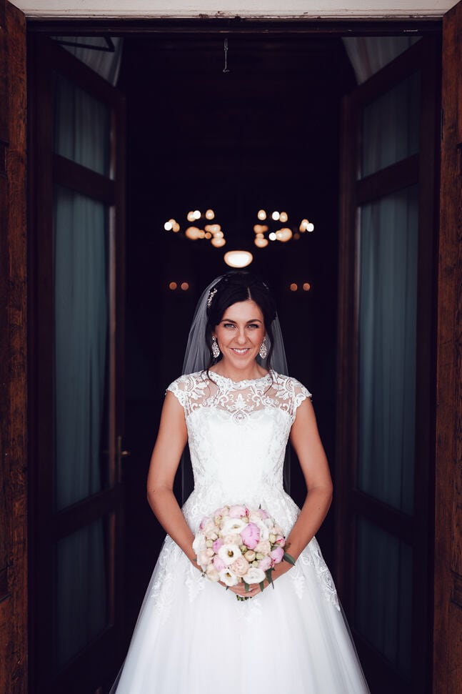Līgavas portrets pie Bīriņu pils svinību zāles durvīm īsi pirms svinīgās ceremonijas