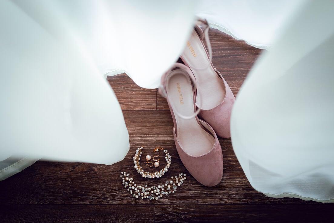 Līgavas rotas - matu sprādzes, auskari un kurpes - līgavas gatavošanās laikā