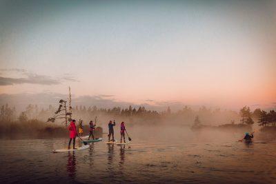 Saullēkta brauciens ar SUP dēli pa Ķemeru nacionālā parka ūdenstilpnēm.