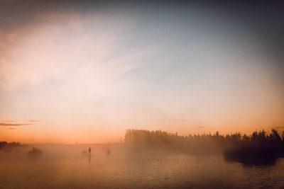 SUP dēļu saullēkta brauciens, cilvēks miglā. Ķemeru nacionālais parks, 2018.