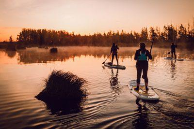 SUP dēļu saullēkta brauciens, gaisma aust. Ķemeru nacionālais parks, 2018.